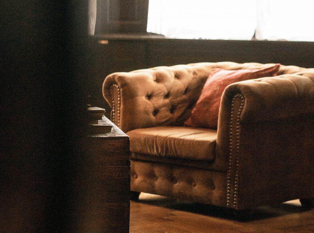 Comment mettre en valeur son fauteuil Chesterfield dans son salon ?